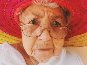 old woman 945448 640 300x225 - YouTube動画におけるコメント欄使用の管理